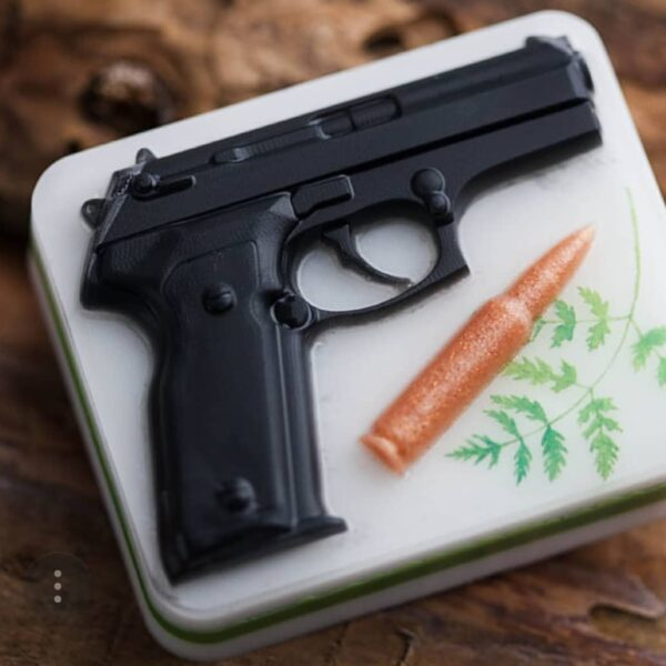 Пластик пистолет с пулей